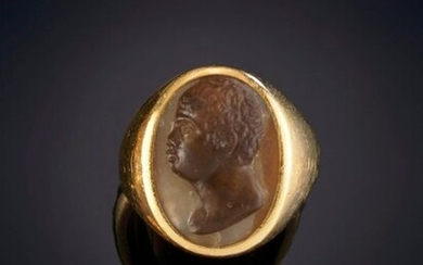 STAMP TYPE RING DECORATED WITH ROMAN RELIEF. Mounting in 18k yellow gold. Price: 250,00 Euros. (41.597 Ptas.)
