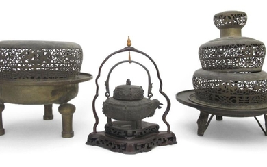 TWO BRONZE CENSERS AND A POURING VESSEL ON A WOOD STAND, China, 19th ct. - h. 20-50 cm