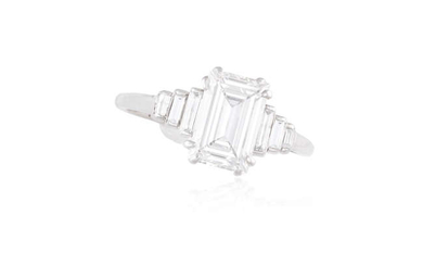 Description AN ART DECO SINGLE-STONE DIAMOND RING The rectangular...