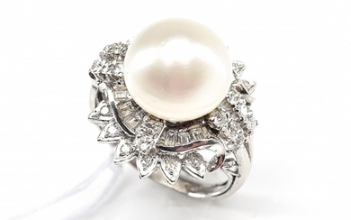 A PEARL AND DIAMOND COCKTAIL RING IN 18CT WHITE GOLD AND PLATINUM, SIZE K, 11.8GMS