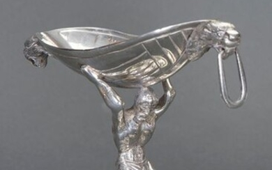 Silver spice rack with a tenant figure holding a small curled up bowl finished in lion's heads, 19th century. Collector's item. Weight: 200 gr. Height: 12 cm. Exit: 300uros. (49.916 Ptas.)