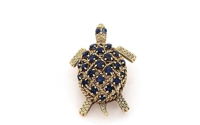Turtle clip in 18 ct yellow gold (750‰), the carapace openworked with stringed crossbars set with sapphires.