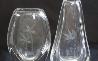 Two clear glass vases engraved with palm and crane. Unsigned. H. 18–21 cm. W. 12–13 cm. D. 4–5 cm. (2)