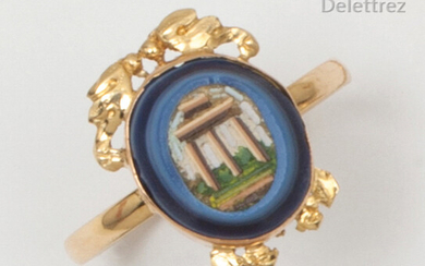 Yellow gold ring, decorated with a micro-mosaic with ruin decoration. Finger size : 57. Gross weight : 2,9g.