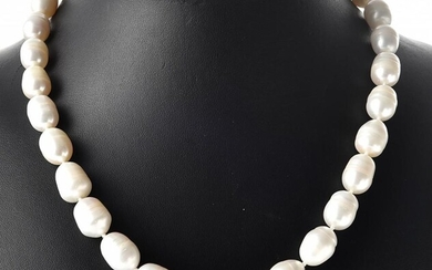 A STRAND OF FRESHWATER PEARLS TO A SILVER CLASP, TOTAL LENGTH 470MM