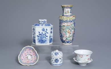 A varied collection of Chinese blue and white...
