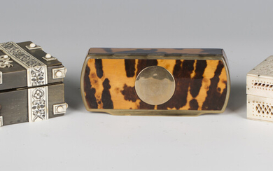 An early 19th century tortoiseshell mounted horn snuff box of rectangular form with hinged lid, leng