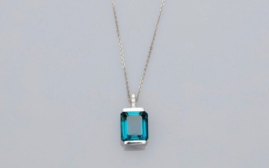 "Chain and pendant in white gold, 750 MM, set with three diamonds bearing a beautiful emerald-cut ""London blue"" topaz weighing 5 carats, diamond bélière, length 45 cm, 17 x 9 mm, weight: 4.55gr. rough."
