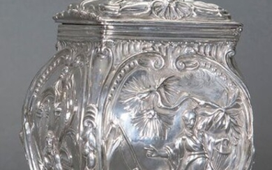 Exquisite tea box in English sterling silver, with London brands, C. 1800. Chiselled decoration of oriental motifs with a rounded lump of figures. Weight: 360 gr. Measures: 16,5x10x8,5 cm. Exit: 150uros. (24.9