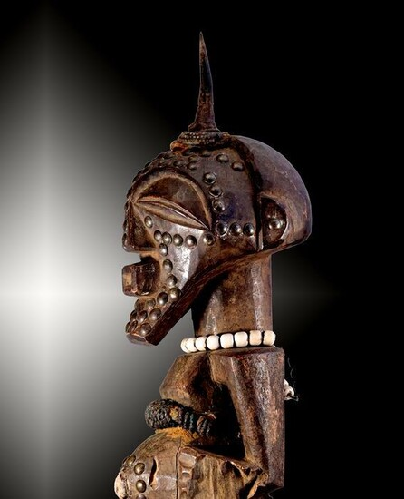 Fetish-force figure - Wood, pearls, antelope horn, brass nails, medical objects - Nkisi - Songye - Congo