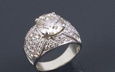 RING in 18K white gold holding a 3.95 carat central...