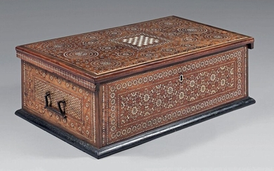 Wooden chest with intarsia decoration of geometrical patterns of star bones, rosettes, friezes ... of rectangular shape, it opens with a lid centered on a checkerboard. Drop handles on the sides.
