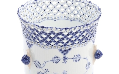 """Blue Fluted Full Lace"". A Royal Copenhagen porcelain cachepot, decorated in underglaze blue with wide lace. H. 19 cm."
