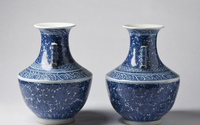 Chinese Art. A pair of large arrow shaped blue and white porcelain vases bearing a double circle blue mark at the base China, Qing dynasty, 19th century. Provenance: Private collection Milan. Cm 31,00 x 38,00.