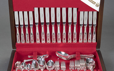 "Cutlery for 8 services in silver metal EPNS from Sheffield, model ""King's Pattern"". Consists of 4 serving spoons, 8 table forks, table knives and spoons, 8 forks, knives and spoons for snacks, 8 cake forks, 8 knives"