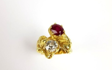 RING Toi & Moi in gold 750 ‰ set with claws of a TA diamond and a ruby, chased setting, TDD 55 (inner ring), PB 12.7 g