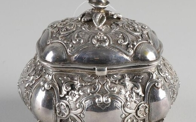 Silver box with lid, 830/000, outlined rectangular model richly decorated with lobes, curls, flowers and cartouches. Placed on 4 curled legs. Equipped with a hinged lid decorated with a rose as a button. MT .: unclear Sweden. 9x8x8.5cm. about 165...