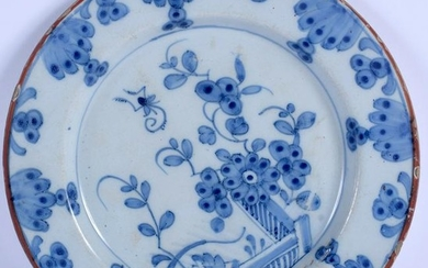 A BLUE AND WHITE TIN GLAZED POTTERY DISH. 21.5 cm wide.