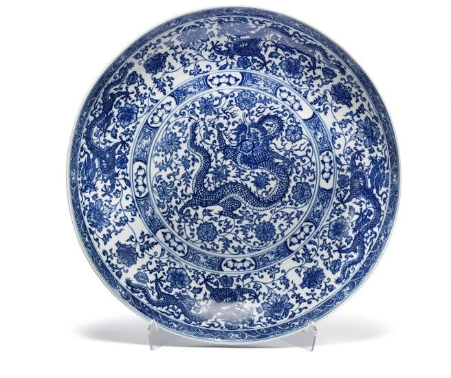A large Chinese porcelain dish. Marked Qianlong, but Republic 1912–1949. Diam. 40 cm.