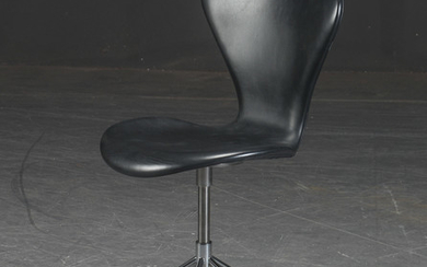 Arne Jacobsen. Office chair, 'Series 7', black leather