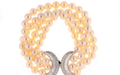Bracelet composed of four rows of pearls, the gold clasp is set with brilliants, baguette and trapezium diamonds - Gross weight: 69 g - Length: 18.5 cm