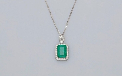 Chain and pendant in white gold, 750 MM, adorned with an emerald cut emerald weighing 2.42 carats finely surrounded by brilliants, diamond bezel, length 42 cm, 20 x 11 mm, weight: 2.7gr. gross.