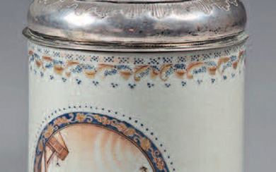 Chinese porcelain mug with silver and silver-gilt frames. Qianlong porcelain (1736-1795), silver mounts 800°/°°, Swedish work, probably around 1818. Cylindrical in shape, with a twisted handle, sepia decoration with a wearing scene in a blue and gold...