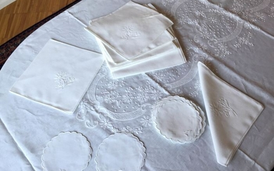 Exclusive tablecloth (382x172cm) hand embroidered (37) - Linen - Second half 20th century