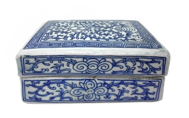 Porcelain box decorated in shades of blue. China. XX.