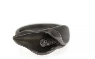 Ruben Svart: A diamond ring in the shape of a calla set with numerous brilliant-cut black diamonds, mounted in 14k black rhodium plated white gold. Size 49.