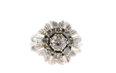 Skirt ring in 18 K (750 °/°°) white gold set with old cut diamonds (accidents) Gross