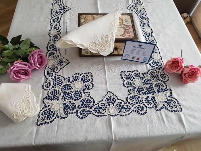 Spectacular 100% pure linen tablecloth for 12 with silk and Venice Burano embroidery, entirely handmade. Light ecru colour.