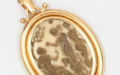 Yellow gold pendant with a bone engraving representing a mythological scene. Dimensions: 3,7 x 2,4cm. Gross weight : 4,2g.