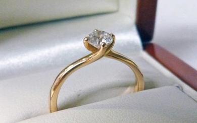 18CT GOLD DIAMOND SOLITAIRE RING. THE DIAMOND OF 0.50...