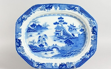 A GOOD WILLOW PATTERN BLUE AND WHITE SERVING DISH.
