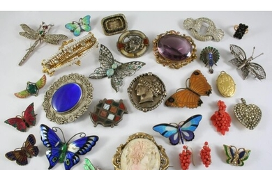 A QUANTITY OF ASSORTED JEWELLERY AND COSTUME JEWELLERY