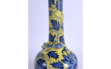 AN EARLY 19TH CENTURY CHINESE BLUE AND WHITE PORCELAIN VASE ...