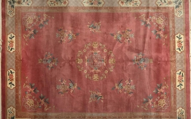 Chinese woollen carpet with burgundy floral decoration on field and border on brown background. Size: 377x276 cm. Exit: 300uros. (49.916 Ptas.)