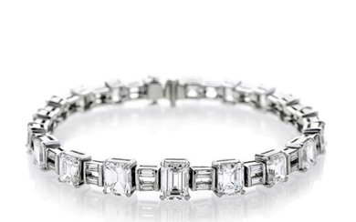 Important bracelet in white gold and emerald cut diamonds