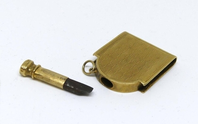 PYROGENE forming a 750 mil. yellow gold guilloché nib holder. Gross weight 9,9 g