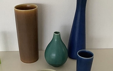 Palshus, Eva Stæhr-Nielsen: Three cylindrical vases and a small stoneware bowl. Manufactured by Palshus. Drop-shaped vase stamped 37. Saxbo Denmark. (5)