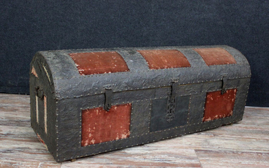 Rare hammered iron chest with tapestry cabochons - Velvet, Iron - XVIII / XIX