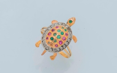 Ring in 18 carat (750 thousandths) yellow gold and platinum (950 thousandths) adorned with a turtle, its shell enhanced with emeralds and rubies, in a setting of brilliant-cut diamonds. Finger size: 54.5 Gross weight: 4 g