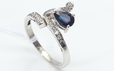 A SAPPHIRE AND DIAMOND RING IN 18CT GOLD, SIZE N, 3.6GMS