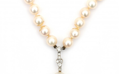 A cultured pearl necklace with a diamond set pearl pendant. The cultured Akoya pearl necklace has two identical 14 carat white gold brushed clasps. The pendant is set with old cut diamonds, largest diamond is 0.10 ct. Gross weight: 31.3 g.