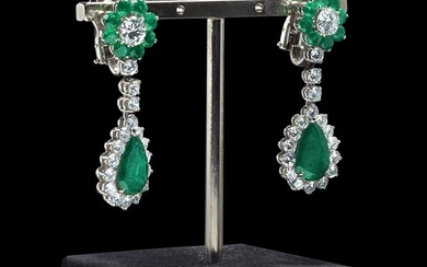 Drop earrimgs diamonds and emeralds Made of 18 kt white...