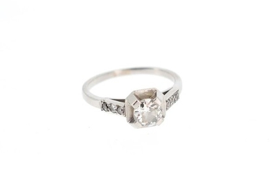 Platinum ring (950°/°°) set with an antique cut diamond on either side of three diamond roses.
