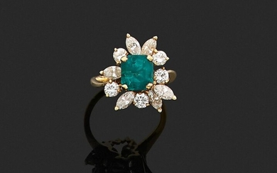 RING in 750 thousandths yellow gold, decorated with a rectangular cut-faceted emerald, in a setting of eleven round brilliant cut diamonds and shuttle. Finger size: 50.5. Gross weight: 5.1 g. Presumed weight of the emerald about 1.80 to 2.10 ct...