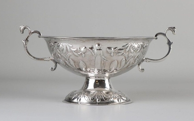 Silver brandy bowl, 833/000, decorated with a mechanism with faith and hope and floral decoration. With handles made from curls. MT .: G. Wouda, Drachten, jl.:X:1857. Features faint monogram engraving. 24x14x12cm. about 197 grams. In good condition
