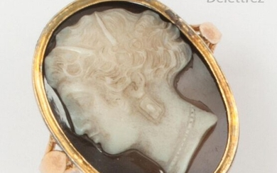 Yellow gold ring set with an oval cameo on agate decorated with a decorated woman. Finger turn: 60½. Gross P.: 5.1g.
